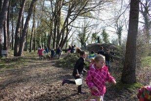 les enfants à la chasse aux oeufs